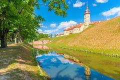 Nesvizh slott reflekterad i vattnet Royaltyfri Bild