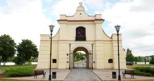 Nesvizh Vitryssland Slutsk Brama i sommardag Monument av barock arkitektur Van vid var delen av systemet av Urban arkivfilmer