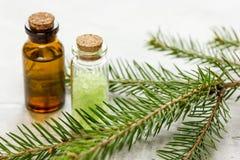 Net naald aromatherapy etherische oliën en zout in flessen op witte lijstachtergrond royalty-vrije stock foto