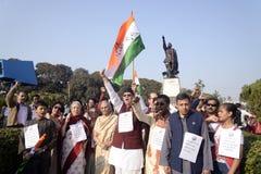 Netajisfamilie en aanhanger vooraan ofNetajistandbeeld. Stock Foto