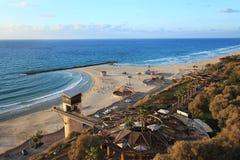 Netania海滩 看见在天空的滑翔伞 库存图片