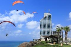 Netania strand Se paraglidersna i himlen Arkivfoton