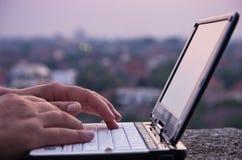 netbook δακτυλογραφώντας Στοκ Εικόνες