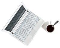 Netbook blanc avec la première vue de café photos libres de droits