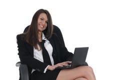 Netbook do witn da menina na cadeira imagem de stock