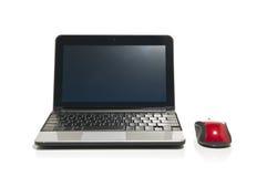 Netbook e un mouse rosso Immagini Stock Libere da Diritti