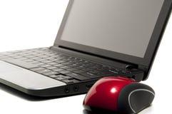Netbook en een rode muis Stock Foto's