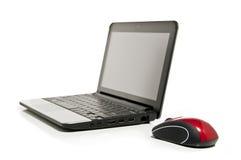 Netbook et une souris rouge Photographie stock libre de droits