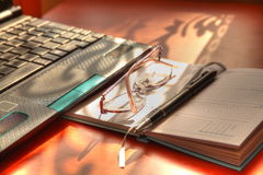 Netbook und Gläser. lizenzfreies stockbild