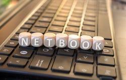 NETBOOK-Würfel auf einer Tastatur Lizenzfreies Stockbild