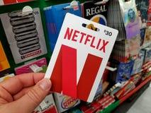 Netflix礼品券在手上 免版税库存图片