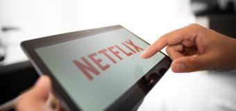 Netflix è un fornitore globale di flusso continuo i film e della serie televisiva fotografie stock libere da diritti