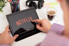 Netflix é um fornecedor global de fluir filmes e série de televisão fotografia de stock royalty free