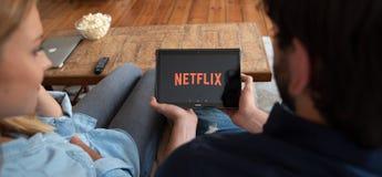 Netflix é um fornecedor global de fluir filmes e série de televisão imagens de stock