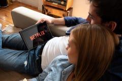 Netflix é um fornecedor global de fluir filmes e série de televisão imagens de stock royalty free