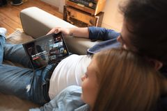 Netflix é um fornecedor global de fluir filmes e série de televisão imagem de stock royalty free