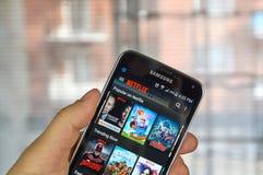Netflix APP am androiden Handy lizenzfreie stockbilder