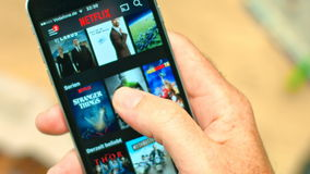 Netflix APP auf Apfel iPhone stock video