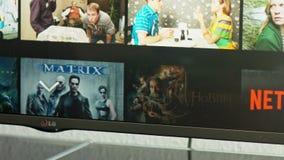 Netflix APP im Fernsehen Fahrwerk-Smart stock video footage