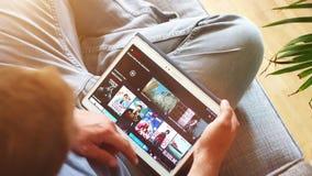 Netflix app op tblet van Samsung stock footage