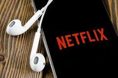 Netflix applikationsymbol p? n?rbild f?r sk?rm f?r Apple iPhone X Netflix app symbol Netflix applikation anslutningar f?r begrepp arkivfoton