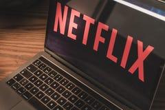 Netflix logo på bärbar datorskärmfotografiet royaltyfri fotografi