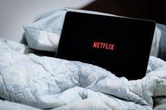 Netflix na cama fotos de stock