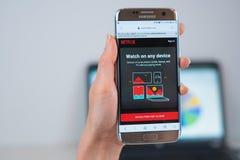 Netflix-Website ge?ffnet auf dem Mobile lizenzfreies stockfoto