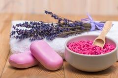 Netheid en gezondheidsconceptenfoto die - lavender spa behandelingenvoorwerpen kalmeren royalty-vrije stock foto