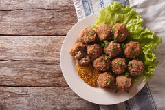 Netherlandish kokkonst: köttbollar Bitterballen och senapsgult slut arkivbilder