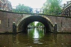 netherlands amsterdão Sob pontes do canal imagem de stock