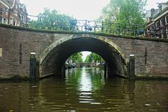 netherlands amsterdam Unter Kanalbrücken stockbild