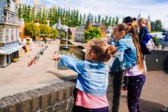 netherlands Tana Haag Parco miniatura Madurodam Luglio 2016 Bambina per indicare con un dito vostra sorella qualcosa immagine stock libera da diritti