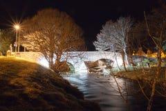 Nethy-Brücke bis zum Nacht Stockbild