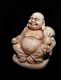 Netsuke -一件长袍的日本人有一个球的在黑背景隔绝的他的手上 免版税库存照片