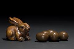 Netsuke do coelho de coelhinho da Páscoa com mini ovos da páscoa Imagens de Stock Royalty Free