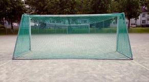 Nett de Fotball que se coloca en patio Imagen de archivo libre de regalías