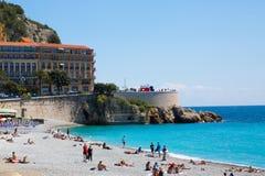Nett, Frankreich - 18. April 2017 Allgemeiner Strand in Nizza, französischem Riviera, Frankreich Taubenschlag D ` Azurblau Treibn lizenzfreie stockfotos