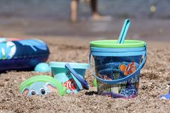 Nett, Frankreich - 5. August 2017: Kind-` s Strand spielt - Eimer, Spaten und Schaufel auf Sand an einem sonnigen Tag Stockfoto