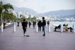 Nett, Frankreich, im März 2019 Zwei junge Leute: ein Junge und eine Mädchenfahrt ein Skateboard entlang der Promenade Taubenschla lizenzfreie stockfotos