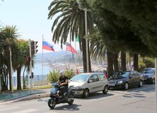 Nett, Frankreich, am 11. Juni 2014: Flaggen von Russland und von Vereinigten Staaten auf dem Promenaden-DES Angla stockfotografie