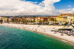 Nett, Frankreich - 2019 Panoramablick der Nizza Küstenlinie und des Strandes, französisches Riviera lizenzfreies stockbild