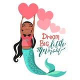 Nett, Karikatur, amerikanische Mädchenmeerjungfrau des Schwarzafrikaners, die das helle rosa große Herz hält stockbilder