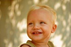 Nett und sorglos Glückliches Lächeln des kleinen Babys Gesundheit ist wirkliche Schönheit Baby genießen glückliche Kindheit Gesun lizenzfreie stockbilder