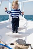 Nett und sorglos Reisendes Meer des Abenteuerjungen-Seemanns Kindernetter Seemann am sonnigen Tag der Yacht Entzückender Seemann  Lizenzfreies Stockbild