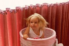 Nett und stilvoll Wenig natürliche Frisur der Kinderabnutzung Wenig Mädchen mit Langhaarfrisur Entzückendes Kind mit dem blonden  lizenzfreie stockfotos