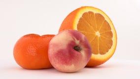 Nettarina, frutta arancio e mandarino giranti sulla piattaforma girevole Isolato su bianco Primo piano video d archivio