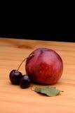 Nettarine e ciliege su una tavola di legno Immagine Stock