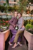 Nette überzeugte intelligente Frauen, die stilvolle Kostüme tragen lizenzfreie stockfotos