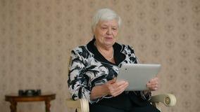 Nette ältere Frau angeschlossen durch Skype stock footage